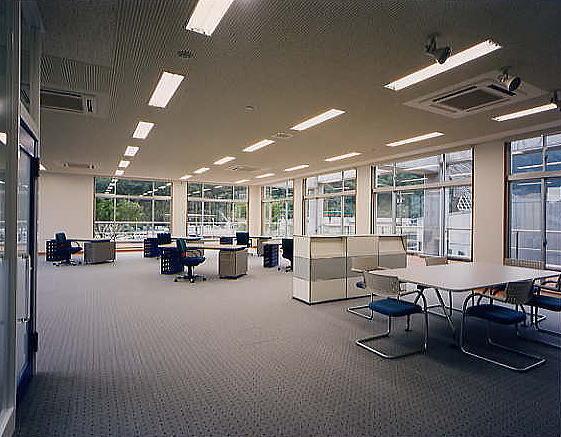 デザイナーズルームは、贅沢なまでに広々とした空間。勿論、オフィス家具は輸入品。疲れたときにふと目を屋外に、深い緑が心を癒やします。
