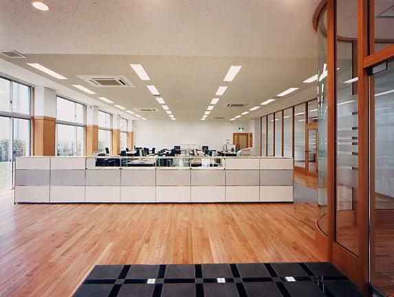 オフィスの床は無垢のフローリングを使用しています。オフィスからは芝生の丘へ踏み出せます。