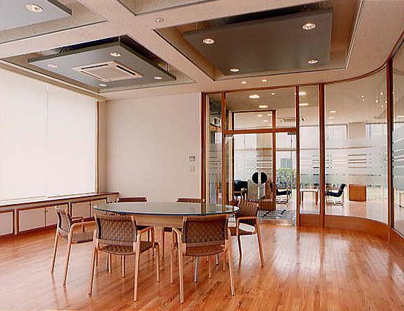 オフィス家具は全てドイツ、スイスからの輸入品です。会議室や展示室とのパーテーションは木質のスタッドに透明ガラスをはめ込み、視線位置のみエッチングを施しました。