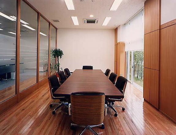 会議室。  木質材料をふんだんに使用しました。