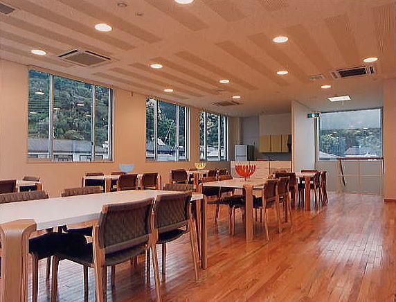 社員食堂。  窓からは山も見え快適に休憩時間を過ごせます。