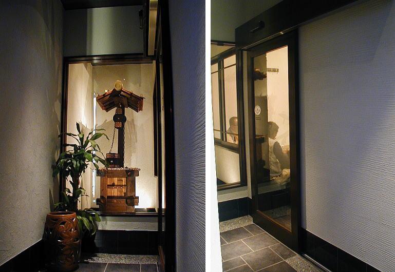 アプローチ フロストガラスのドアを開けると、そこには癒やしの世界を予感させるアプローチ空間が有り、正面には、井戸を配した坪庭が見えます。右側のアンティークガラスの向こう側が癒しの世界です。