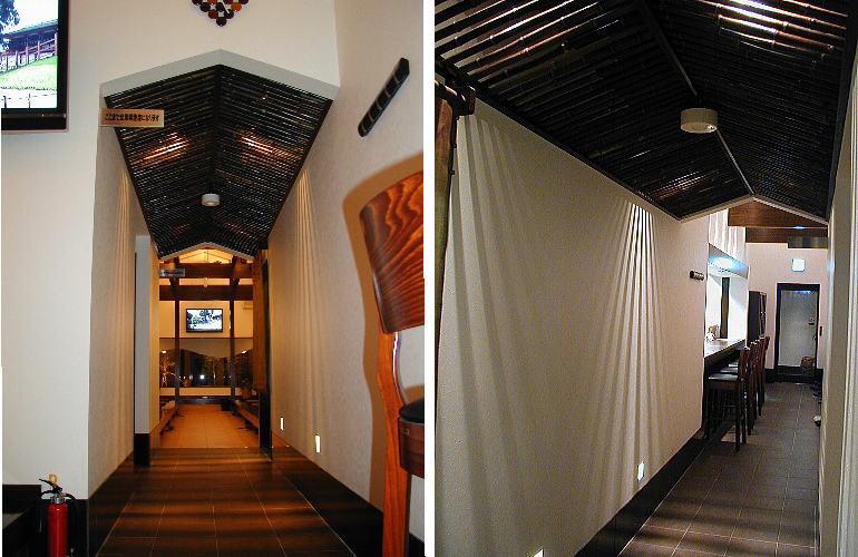 もう一つのくつろぎ世界へのアプローチ 天井の高さを抑え、通路状にすることで別空間へのアプローチを意識できる様にしました。天井は、錆竹の船底天井にし、スリット状の錆竹の間から上部の照明の光が放射線状に漏れ、楽しさを演出しました。