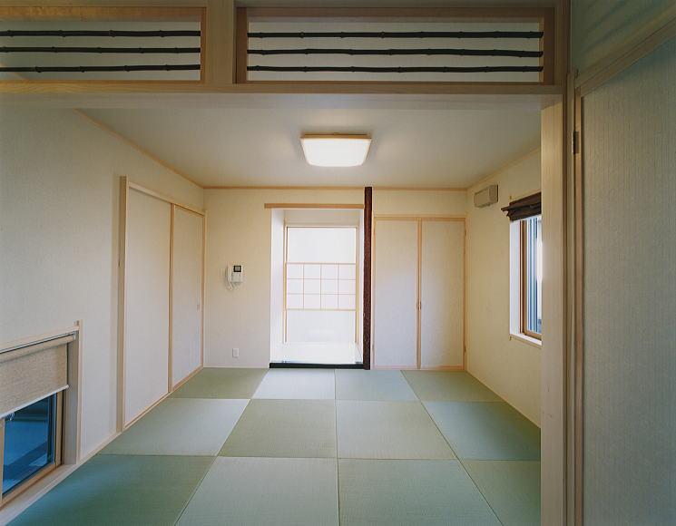1階和室 客間としての和室。 床の間の背中は、磨りガラスに淡いピンクの障子をあしらいました。床板は、やはり磨りガラスとし、内部に照明を埋め込みモダンな床の間を構成しました。