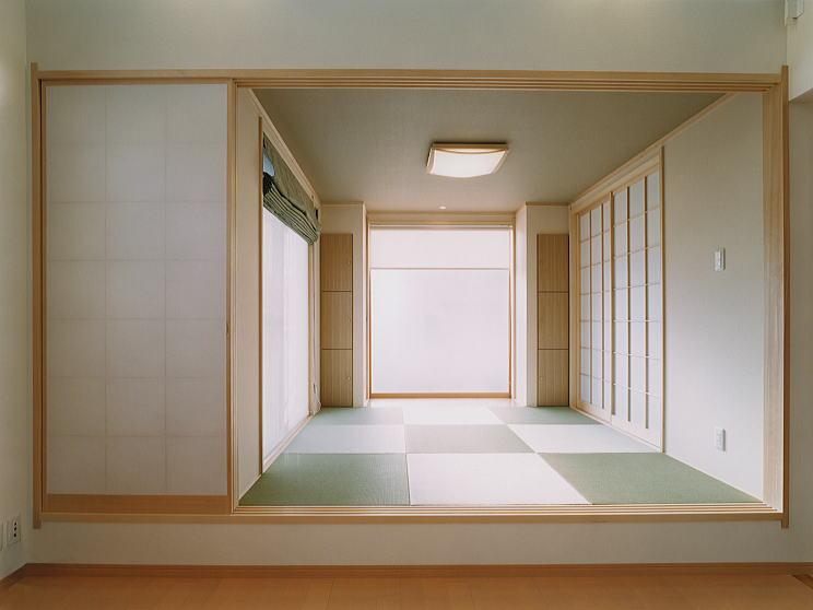 リビングに隣接する茶の間 畳は縁無し畳とし、素朴な雰囲気を造りました。飾り床の壁は大きな磨りガラスのフィックス窓。ここにも和風モダンが醸し出されています。 リビングとの境は、障子で仕切ることもできます。