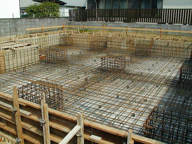 当該建物の基礎配筋。 あたかも鉄筋コンクリートの建物が建つかの様な基礎配筋です。 耐圧盤でしっかり、建物を支え、60㎝の高さの鉄筋コンクリートの柱脚の上に免震装置が乗ります。この60㎝の空間が、点検用空間になります。