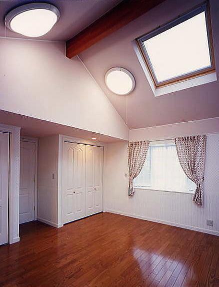 3階は二人のお嬢様の為の個室。一部屋を将来二部屋に仕切れる様にしてある。この部屋にもトップライトを設け、採光を確保すると共に空を見る事のできる夢空間の演出をした