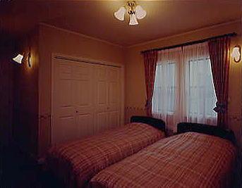 1階の主寝室には大きなウォークインクローゼットが有り収納も十分。北米より直輸入の照明器具がエレガントな雰囲気を醸し出している。