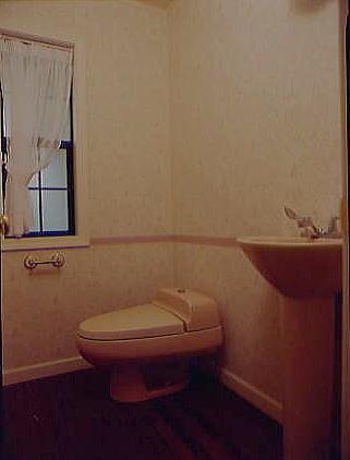 同じ広さのトイレでも機器の向きを変えるだけで広々感じます。直輸入の便器とペデスタルタイプの手洗い器がお洒落です。