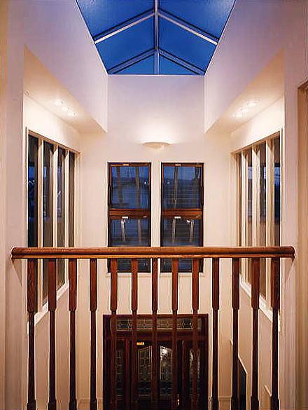 玄関ドアを開けると第二の外部空間。吹き抜けの玄関ホールの天井は全てガラスで構成され、あたかも屋外に出たかの様な驚きを感じます。