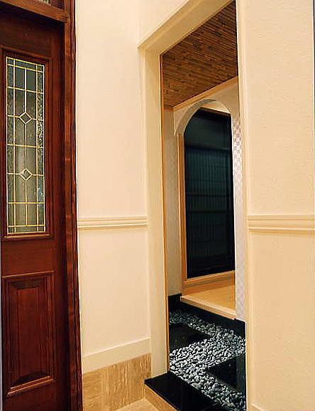 玄関ホール横の和室の客間には、玄関より直接アプローチでき前室の那智黒石の敷き込みがお洒落を感じさせます。