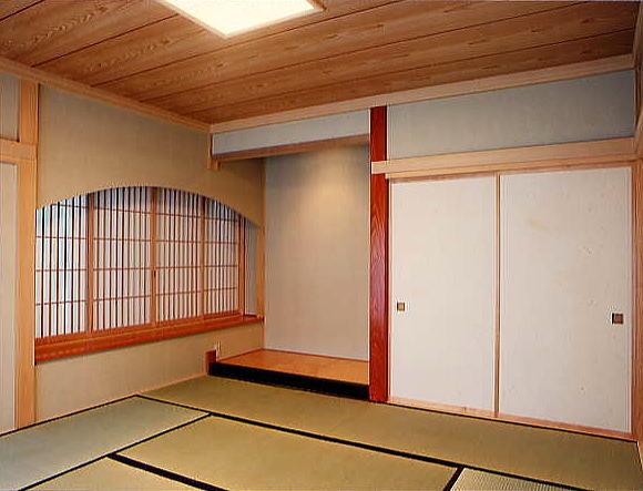 客間の床の間。出窓がより部屋を広く感じさせています。