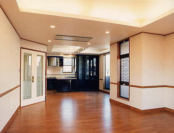 LDKの区画は壁を設けず、二種類の折り上げ天井と外壁面の凸凹により変化を持たせるる事により広く感じさせています。