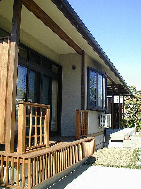構造は免震構造をご希望でしたので、免震住宅でデメリットになりがちな1階床が高くなる事を利用し、昔ながらの縁の下の有る家をイメージして掘り下げをせず、耐圧盤を現状地盤面上に設けました。将来を考えアプローチは、スロープにしました。 一直線に長い軒は、シンプルな気品を感じさせます。