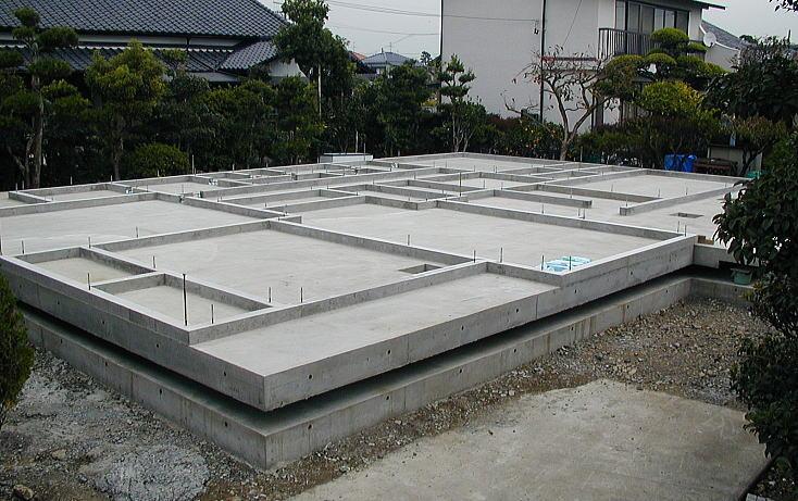 架台の完成 コンクリートデッキが完成し、その上に土台を乗せる基礎立ち上がりまでできた状態です。 諸処にアンカーボルトを設置し土台をしっかり固定します。