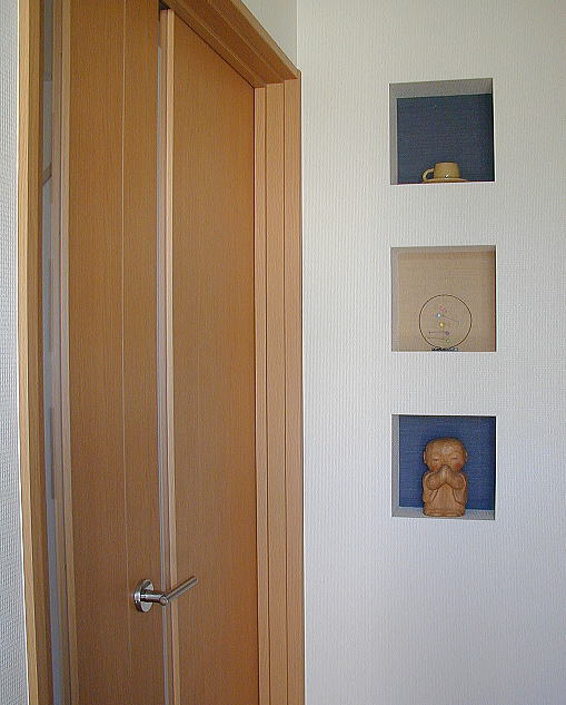 玄関ホールニッチ 玄関ドアを開くと最初に目に泊まるのが、このニッチです。2色の和色のクロスをはめ込みました。御施主様がかわいらしい置物を飾ってくださいました。