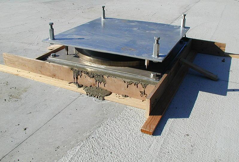 免震装置の拡大画像 耐圧盤の上に無収縮コンクリートを打ち、その上に免震装置を設置します。