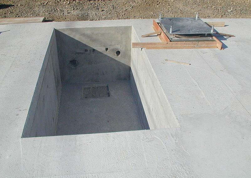 設備引き込み用ピット 給排水管、電気、ガス等のライフラインを外部からこのピットに引き込み、ピット内でフレキシブルに動く様にして地震時の建物の動きに追従するようにします。