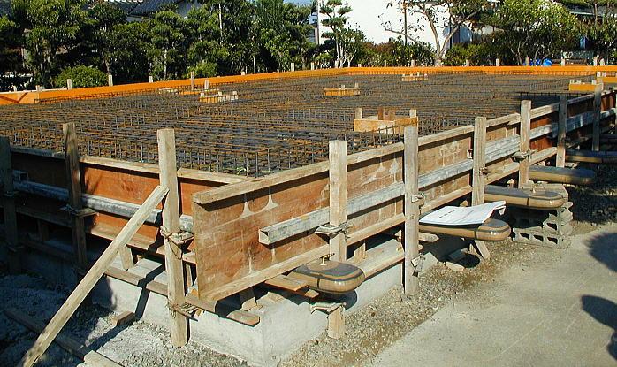 架台デッキの施工 耐圧盤の上にエアチューブを並べ、スチールデッキを乗せ配筋してコンクリートを打設します。建物の自重を重くし地震時の動きを軽減します。 コスト軽減の為に架台にコンクリートを打設しない工法を良く見かけますが、地震力に比べ建物が軽く上下振動に堪えられないばかりか、横揺れも激しくなり危険です。