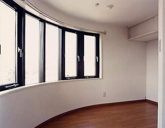 洋室 2・3階の曲面の部屋の内観。なにか楽しい暮らしができそうです。