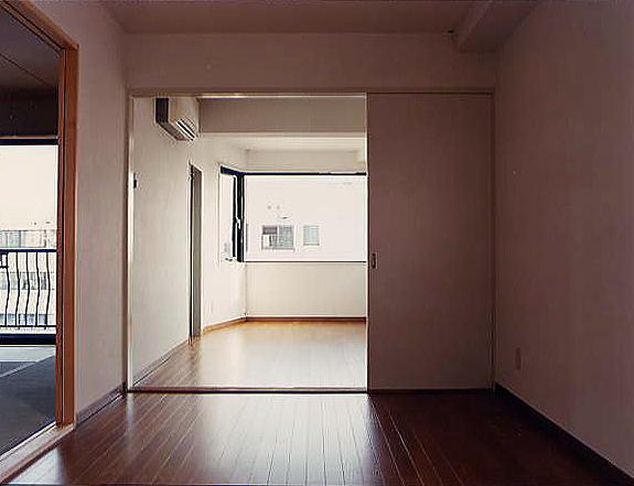 居間 光いっぱいの台形はね出し部分の内観。両サイドに窓を設けることにより、部屋が広く感じます。