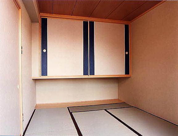 和室 吊り押入はお部屋を広く使うことが出来ます。また襖紙の貼り分けもお洒落です。