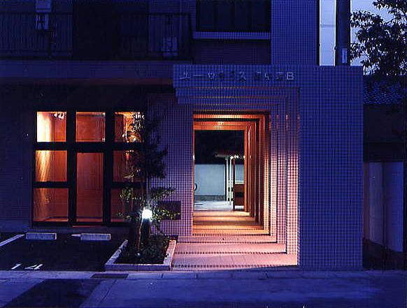 アプローチ夜景 パーゴラの間から優しい光が足下を照らします。
