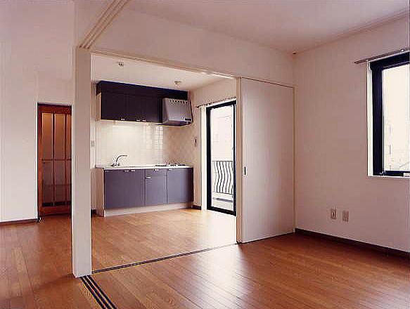 DK DKと洋室の間は総引き込み戸。お部屋のシーンを多用途に変えられます。キッチン前のタイルも市松貼りでかわいらしく仕上げました。